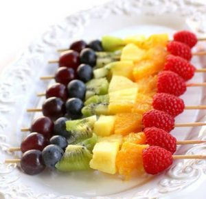 Brochettes-de-fruits-arc-en-ciel
