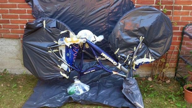 Vélo entouré de sacs plastiques