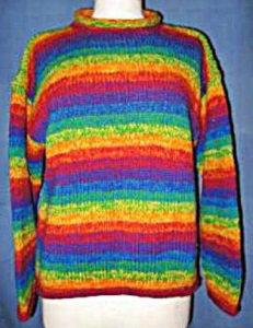 Pull en laine arc-en-ciel tricoté au Népal