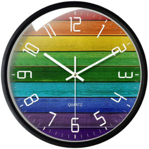 Horloge arc-en-ciel façon fond bois cadre métal